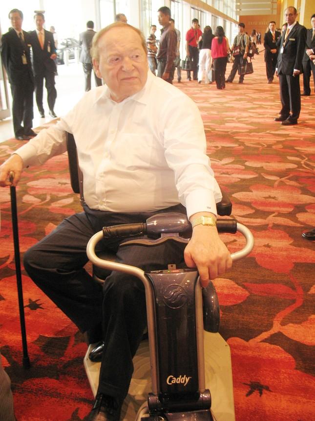 Tỷ phú Adelson trên chiếc xe chạy ắc qui dành riêng cho ông. Ảnh: Đ.P