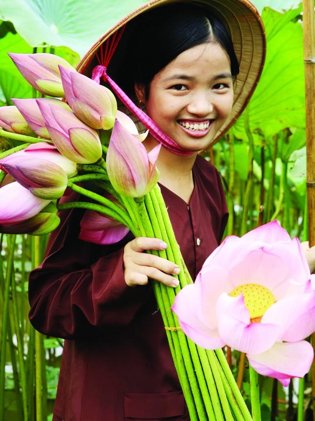 Thiếu nữ với hoa sen