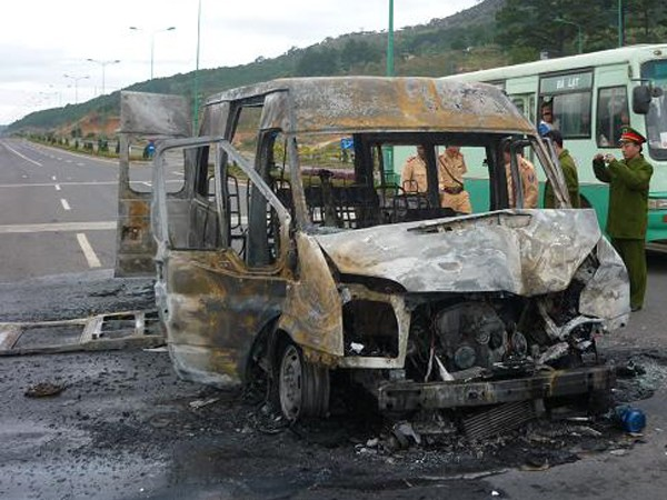 11 hành khách thoát chết khi xe bốc cháy