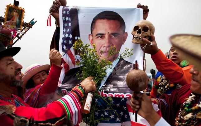 Cũng tại lưu vực sông Amazon, một số người dân ở đây cũng thể hiện sự ủng hộ với ông Obama bằng cách giương cao hình ảnh ông Obama với những bó hoa, bên cạnh đó là hình ảnh đầu lâu để mong ông Obama chiến thắng trước ông Romney