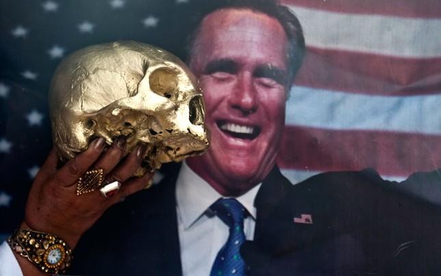 """Hình đầu lâu được đưa ra trước hình ảnh ông Mitt Romney trong một nghi lễ ở lưu vực sông Amazon ở Nam Mỹ với mong muốn """"ông Obama hãy đánh bại ông Romney"""""""