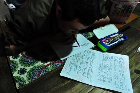 Trong thôn người người, nhà nhà biết chuyện đều cảm phục tinh thần nghị lực thầy giáo ngồi xe lăn, viết chữ bằng miệng dạy học sinh