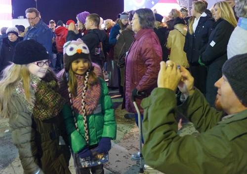 Trẻ em cũng đến dự nhưng chủ yếu để chụp ảnh. Ảnh: T.Đ