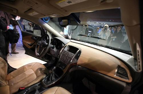 Bên trong chiếc Buick Verano, mẫu sedan cỡ nhỏ hạng sang đầu tiên của General Motors, và cũng là mẫu xe mới duy nhất của GM lần đầu ra mắt tại triển lãm năm nay
