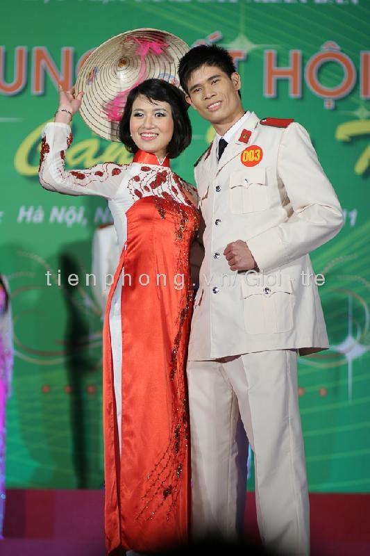 Các cặp đôi trong phần thi trang phục tuyền thống