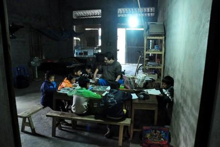 Hơn 3 năm, anh Trường ngồi xe lăn, miệt mài viết chữ bằng miệng, giảng bài cho các em học sinh trong thôn