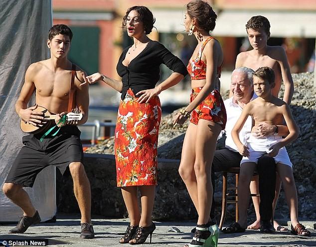 Monica Bellucci làm vơ-đét trong quảng cáo của D&G ảnh 4