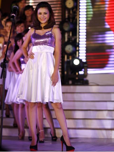 Trong phần thi tự giới thiệu, các thí sinh xuất hiện trong bộ váy có thiết kế và màu sắc nhẹ nhàng