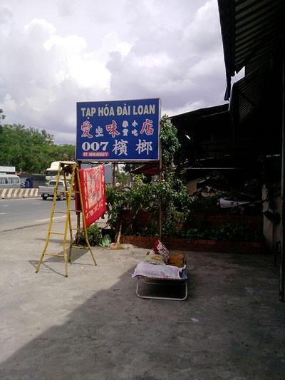 Mặt hàng được bán trong các cửa hàng của người Trung Quốc làm chủ đều được nhập từ Trung Quốc, họ quan niệm người Trung Quốc dù ở đâu cũng dùng hàng Trung Quốc