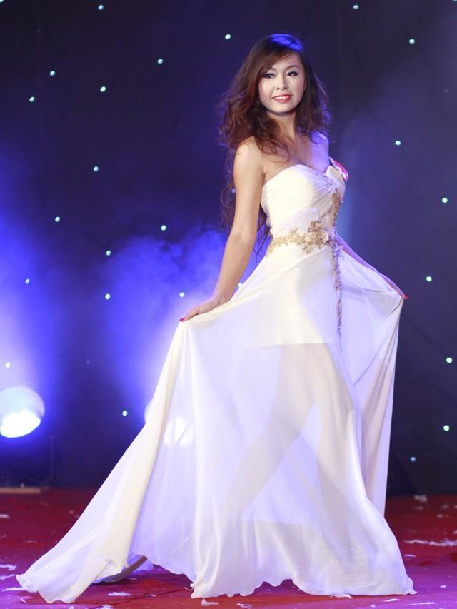 Ngắm dàn nữ sinh đẹp nhất Hà Nội diện váy xẻ tà gợi cảm ảnh 4