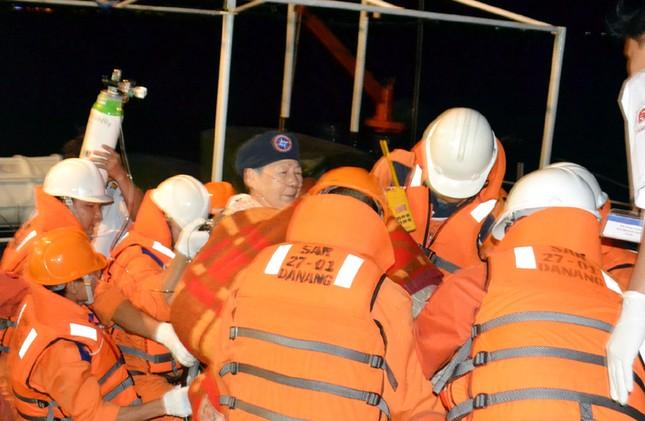 Bà Michiko Yamaguchi được đưa từ tàu Ocean Dream sang tàu SAR27-01