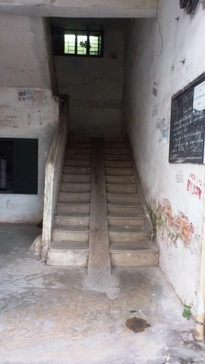 Góc khuất dưới cầu thang là địa điểm tiêm chích thường xuyên của những con nghiện