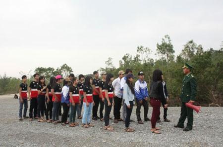 Cán bộ biên phòng hướng dẫn các em học sinh trước lúc lên thắp hương cho Đại tướng