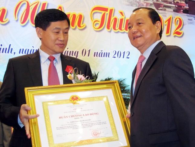 Ủy viên Bộ Chính trị, Bí thư Thành ủy TPHCM Lê Thanh Hải trao Huân chương lao động hạng hai cho ông Johnathan Hạnh Nguyễn. Ảnh: Hữu Vinh