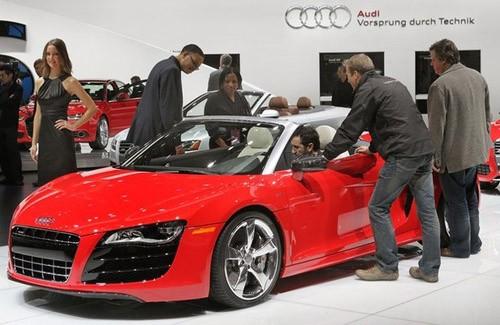 Các phóng viên tìm hiểu chiếc Audi R8 trong ngày mở cửa dành cho giới truyền thông, 11-1-2011. Triển lãm ô tô Bắc Mỹ 2011 mở cửa cho khách tham quan từ 15-23 tháng này