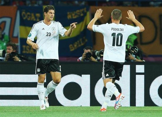 Đức rộng đường vào tứ kết