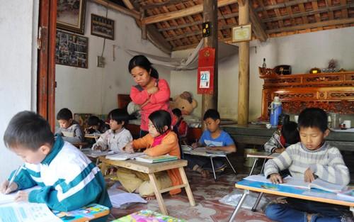 Cô giáo nhỏ bé với lớp học cuối tuần đặc biệt mở ngay tại nhà. Ảnh: Viết Tuân (VnExpress)
