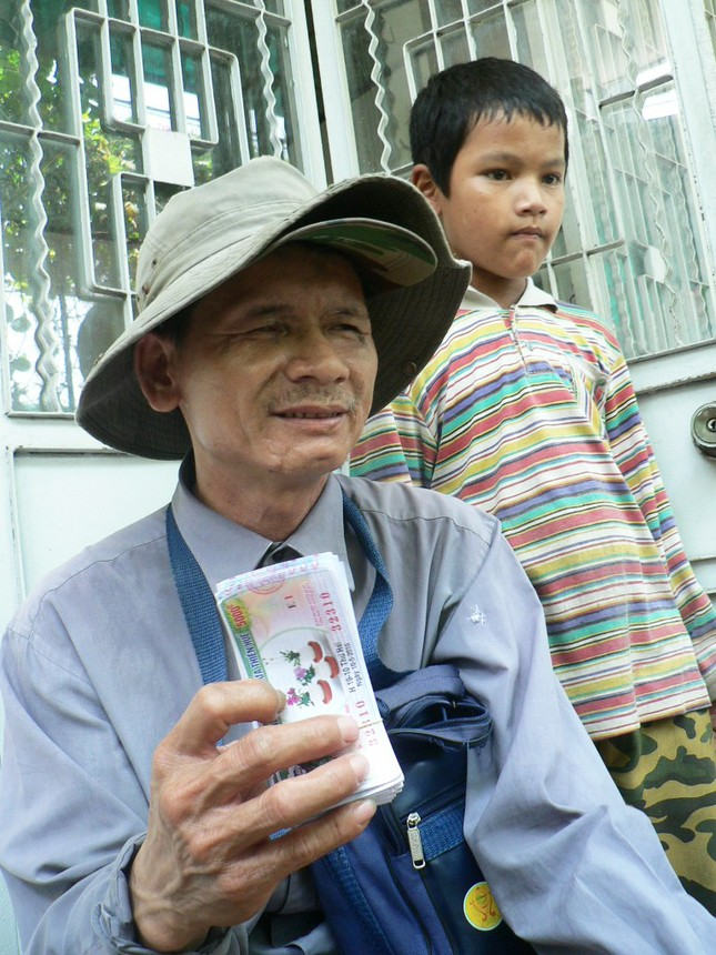 Ba mùa hè qua, em Kiệt rong ruổi cùng cha mù ly hương, mưu sinh