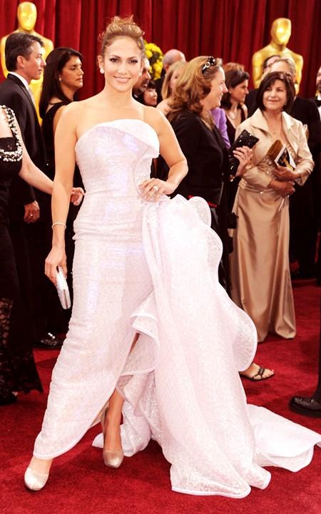 Chiếc đầm lộng lẫy hiệu Armani Prive mà diva Jennifer Lopez mặc tới dự Lễ trao giải Oscar 2010 là bộ cánh duy nhất thu hút sự chú ý của tất cả những người có mặt trong đêm đó. Đây cũng là bộ trang phục tuyệt vời nhất mà Jennifer Lopez từng mặc