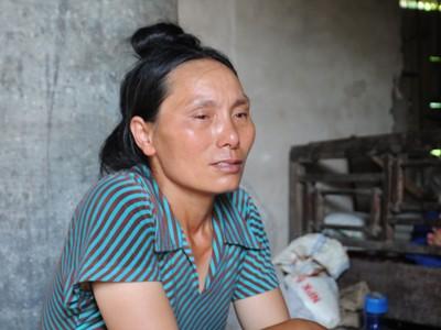 Đôi mắt đỏ hoe vì khóc thương con của bà Thắm. Ảnh: Tuấn Nguyễn