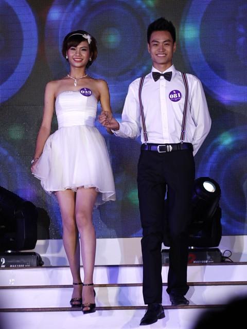 Phần thi dạ hội, thí sinh nam lịch lãm áo sơmi quần âu; thí sinh nữ điệu đà với những mẫu váy