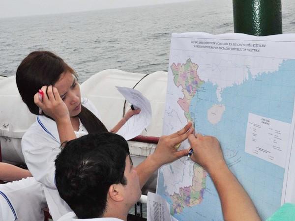 Bạn trẻ cùng xác định hải trình trên bản đồ
