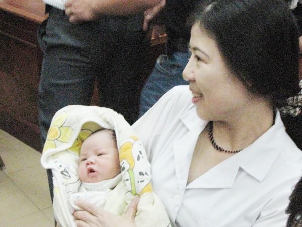 Bác sỹ Trần Thị Tuyết Lan - Trưởng Khoa Sản 2 - nơi chị Thơm sinh nở - vui mừng bế cháu bé trên tay. Cô Lan chia sẻ, khi được báo tin, cô mừng vui khôn tả. Ảnh: Lãng Phong