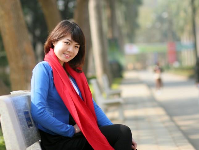 Hà Anh thêm nổi bật với sắc áo xanh và khăn đỏ