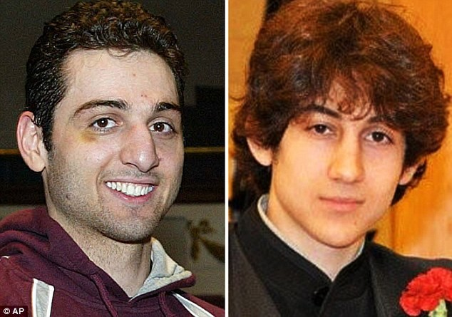 Nghi phạm, người anh trai Tamerlan Tzanaev, 26 tuổi (trái) đã gọi điện cho mẹ vài giờ trước khi chết. Người em trai (phải) hiện đang bị cảnh sát thẩm vấn
