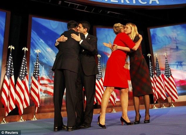Vợ chồng ứng viên phó tổng thống Đảng Cộng hòa Paul Ryan ôm động viên ông Romney