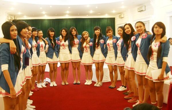 """Miss teen trở thành ngôi nhà chung của các bạn trẻ. 20 thí sinh cùng hát bài """"Ba ngọn nến lung linh'"""