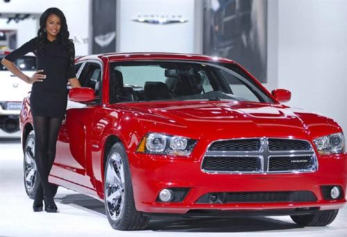 Một người mẫu bên cạnh chiếc Dodge Charger Hemi.