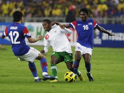 Cầu thủ Indonesia (áo trắng) chấp nhận trận thua đậm 0 - 3
