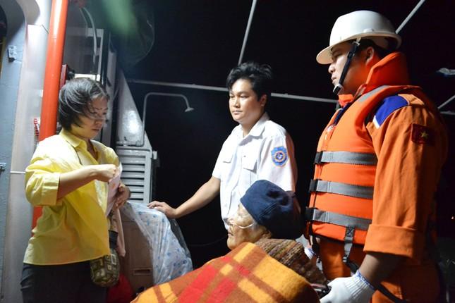 Bà Michiko Yamaguchi được chăm sóc trên tàu SAR27-01