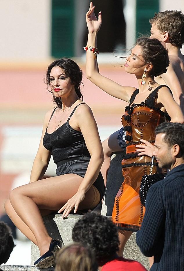 Monica Bellucci làm vơ-đét trong quảng cáo của D&G ảnh 3