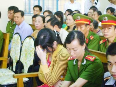 Sân tòa án tỉnh Cà Mau đông đảo người đến dự phiên tòa xét xử Hào Anh