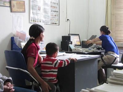 Thủy (bên phải) làm thủ tục cấp thuốc cho bệnh nhân HIV/AIDS. Ảnh: Quang Long