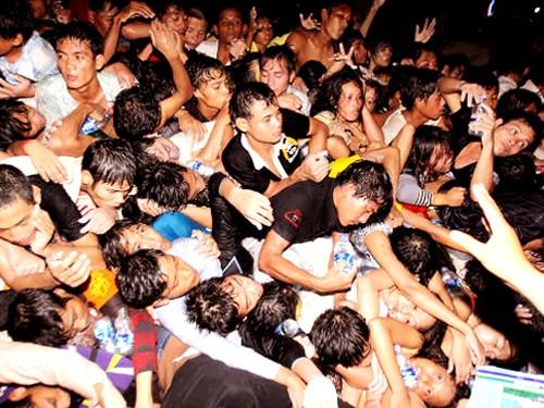 Hàng nghìn người chen lấn xô đẩy, giẫm đạp lên nhau mong thoát ra khỏi đám đông