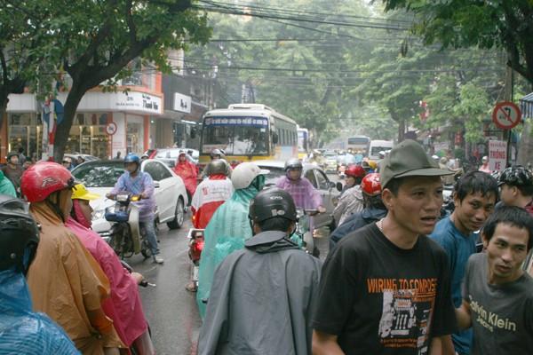 Nhiều người dân đổ về phố Trần Nhân Tông chen chúc dưới mưa chờ mua vàng