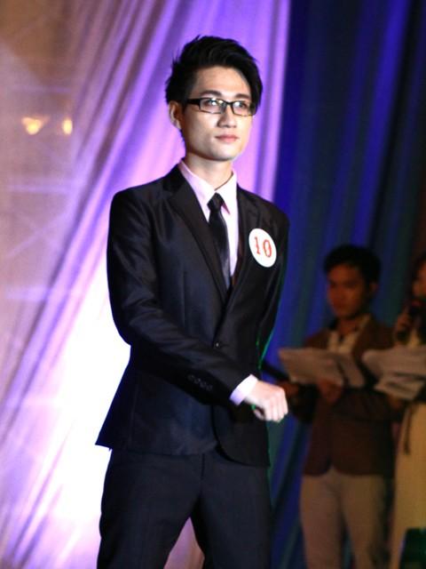 Hoàng Nam lịch lãm trong bộ vest