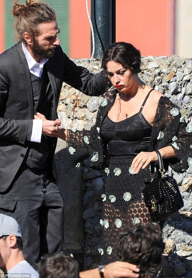 Monica Bellucci làm vơ-đét trong quảng cáo của D&G ảnh 9