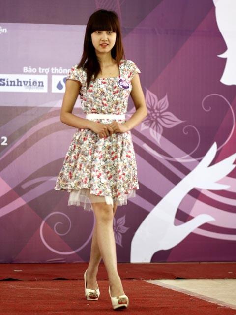 Váy tôn thêm nét nữ tính của các thí sinh