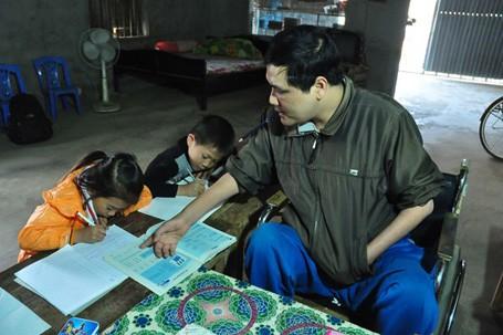 Anh hướng dẫn các học sinh làm bài, viết chữ rất tận tình và sát sao. Khi giảng bài, anh phải ngồi trên xe lăn, viết bằng miệng