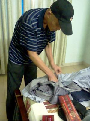 Ông He Dechao (60 tuổi, quốc tịch Trung Quốc) giả sư đi xin tiền tại Đà Nẵng. Ảnh: Nguyễn Huy