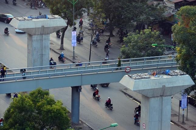 Dọc theo trục đường Nguyễn Trãi, có nhiều cầu vượt bộ hành cao xấp xỉ với các trụ của đường sắt