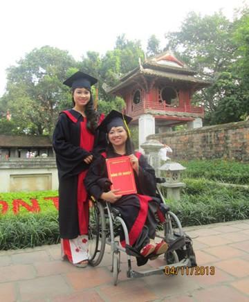 Phạm Thị Hương cùng bạn chụp ảnh kỷ yếu tại Văn Miếu - Quốc Tử Giám (Hà Nội)