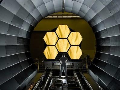 Kính thiên văn James Webb Space đang được chế tạo, dự kiến sẽ có đường kính gương lớn chưa từng có. Dự án tốn kém này gây cắt giảm nguồn kinh phí cho các dự án khác của NASA
