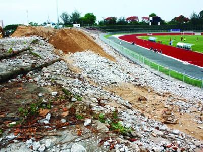 Công trình nâng cấp sân vận động Cần Thơ hơn 100 tỷ đồng đang ngổn ngang đất đá Ảnh: Thanh Chương