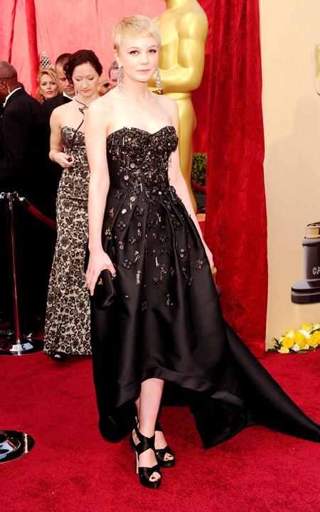 Thiết kế của nhãn hiệu Prada giúp nữ diễn viên nổi tiếng của Anh Carey Mulligan lọt vào top sao mặc đẹp nhất do tạp chí Harper's Bazaar bình chọn. Chiếc váy là sự lựa chọn tuyệt vời nhất của Carey Mulligan từ trước tới nay