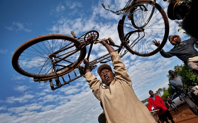 """Xe đạp cũng trở thành """"phụ kiện"""" chúc mừng ông Obama tại làng Kogelo, Kenya"""